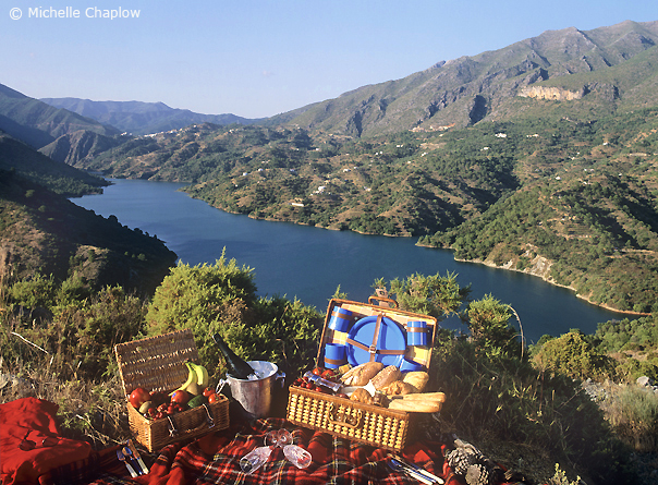 Take a picnic and relax by the lake of Istan, a short drive from Marbella