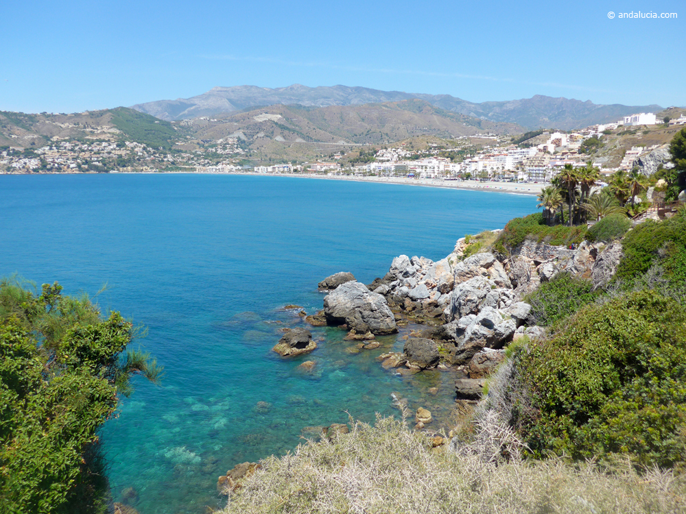 Looking into the bay of La Herradura © Michelle Chaplow