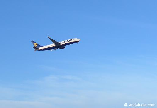 Ryanair flight taking off © Andalucia.com