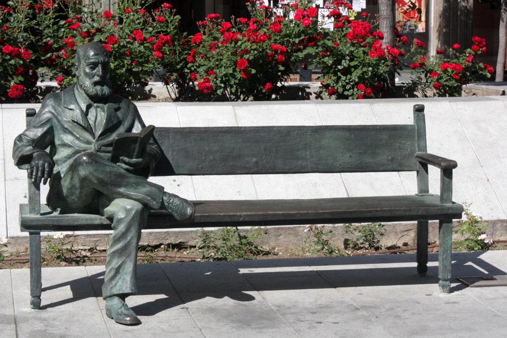 Statue of Pedro Alarcon in Avenida de la Constitución, Granada ©TL4LT