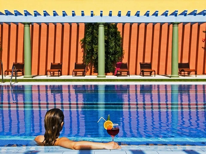 Drinks by the pool © Booking.com / Hotel Hacienda Montenmedio