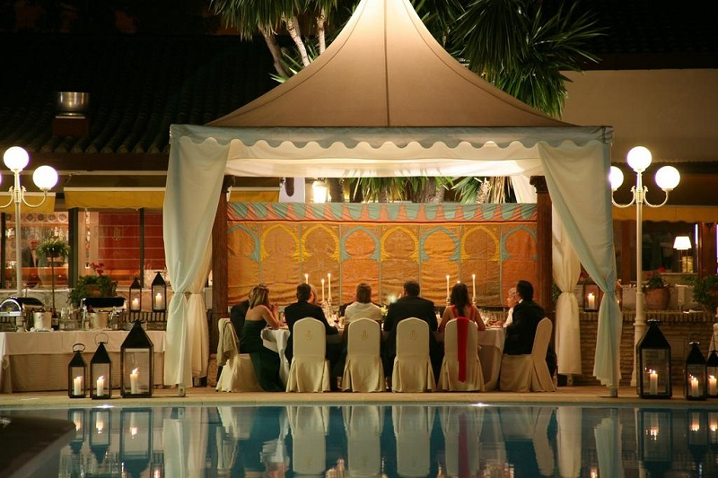 Evening banquet by the pool © Booking.com / Hotel Jerez & Spa