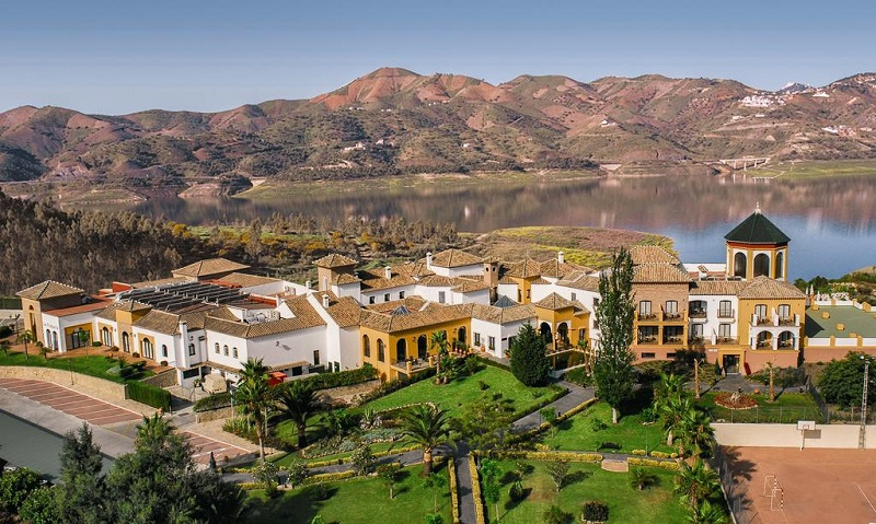 lake backdrop © Booking.com / B Bou Hotel La viñuela & Spa