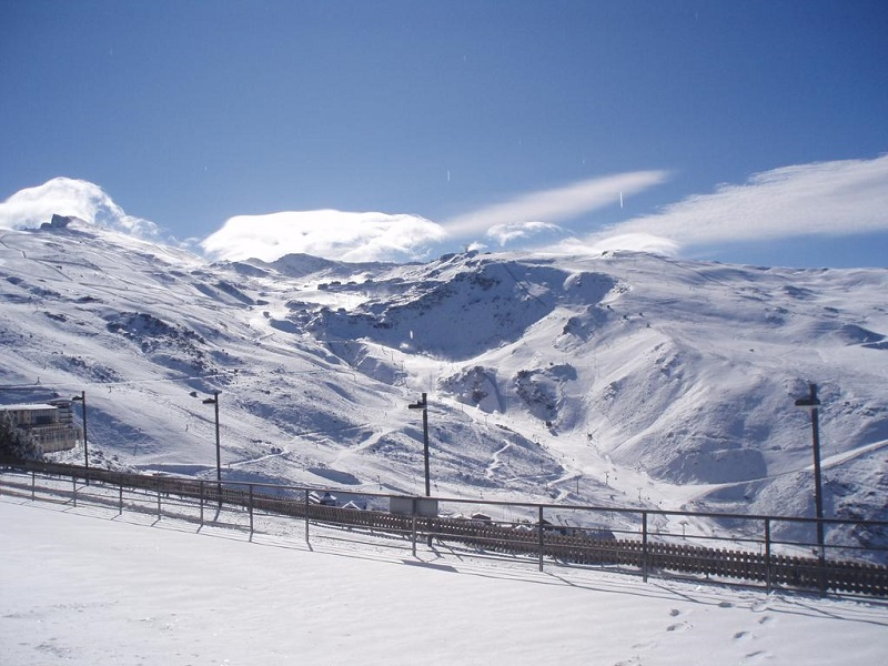 Snowy mountain and ski track views © Booking.com/Hotel Montesol Arttyco