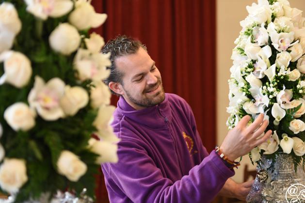 Final touches to the elaborate Semana Santa flowers © Michelle Chaplow