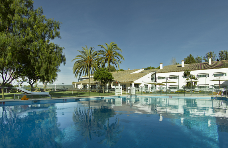 The swimming pool at the Antequera Parador © Paradores