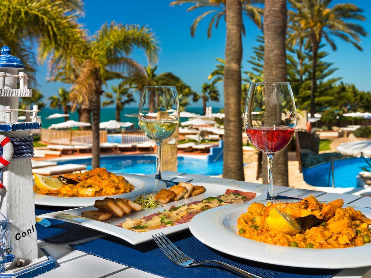 Beachside dining © Booking.com / Hotel Fuerte Conil-Costa de la Luz