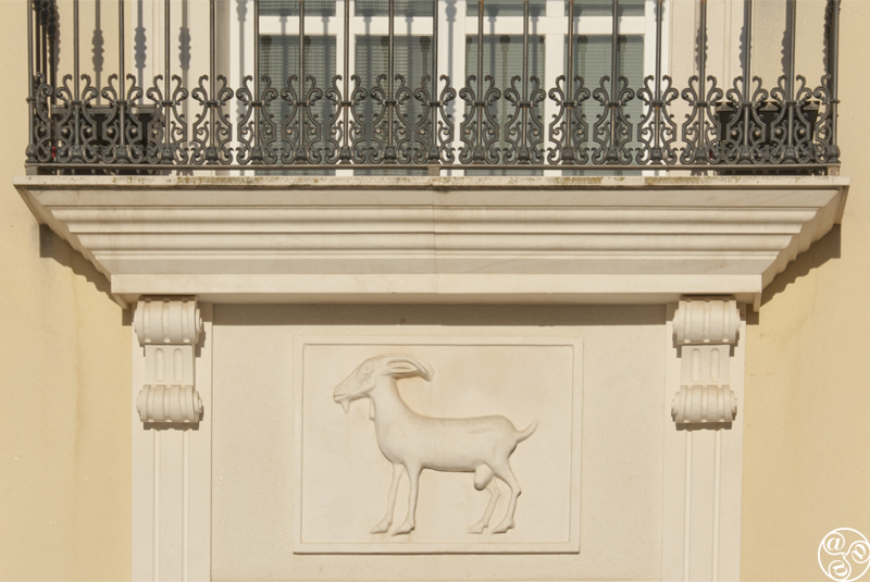 El ayuntamiento de Cabra, completado con un grabado de una cabra ©Michelle Chaplow