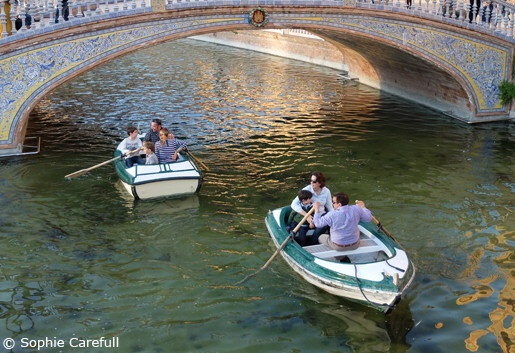 Row, row, row your boat on the canal in Plaza de España. © Sophie Carefull
