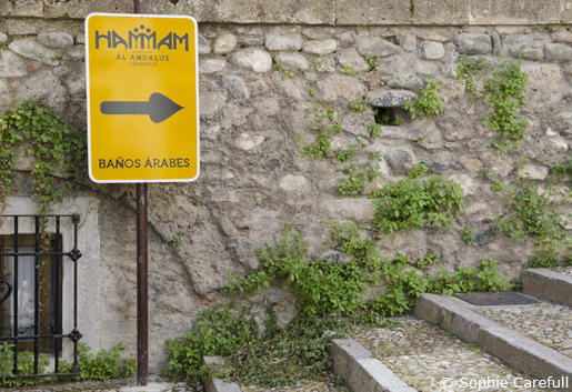 You will see this sign for the baths when crossing the river from Carrera del Darro. © Sophie Carefull