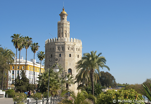 The traditional rounded arches became more pointed, as seen in the Torre del Oro