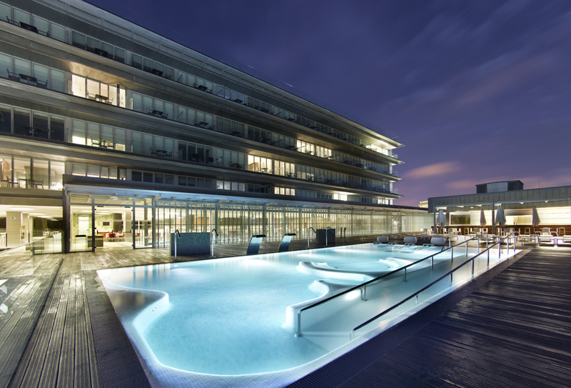 Pool and terrace area at this modern hotel ©Paradores