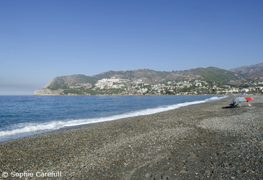La Herradura beach has a mixture of dark sand and small pebbles. © Sophie Carefull