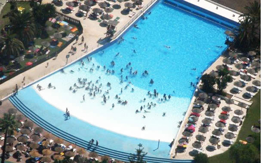 Relaxation and fun in the wave pool. © Parque Acuatico Mijas