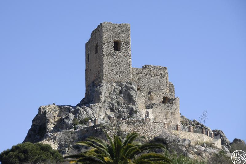 El castillo de Luque está situado en un afloramiento sobre la plaza ©Michelle Chaplow