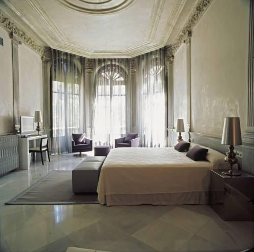 <Deluxe bedroom in Palacio de los Patos Hotel