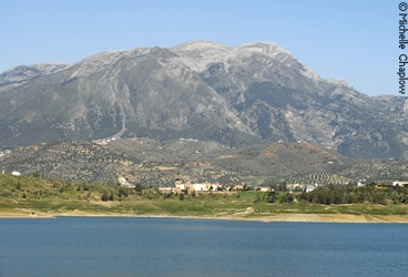 Lake Viñuela is set in the stunning landscape of the Axarquia. © Michelle Chaplow